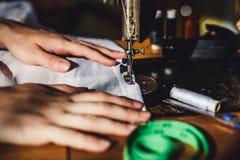 缝纫机和妇女` s手 库存图片