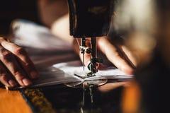 缝纫机和妇女` s手 免版税库存图片
