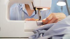 缝纫机和裁缝在运作的过程中 缝合的事务 刺绣用品 股票视频