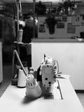 缝纫机在商店 免版税库存照片