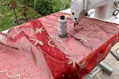缝纫机在庭院里 免版税库存照片