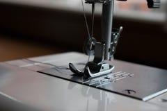 缝纫机针和缝合的辅助部件 免版税库存照片