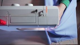 缝纫机顶视图  裁缝是工作,做缝在织品 股票视频