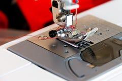 缝纫机,裁缝,缝合的衣裳 图库摄影