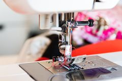缝纫机,裁缝,缝合的衣裳 免版税图库摄影