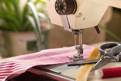 缝纫机 爱好缝合的织品作为一个小企业概念 免版税库存图片