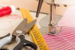 缝纫机 爱好缝合的织品作为一个小企业概念 免版税库存照片