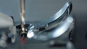 缝纫机 特写镜头 一部分的在纺织品工厂的缝纫机 股票视频