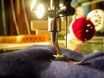 缝纫机 缝合的车间 图库摄影