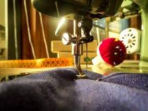 缝纫机 缝合的车间 免版税库存图片