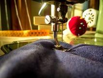 缝纫机 缝合的车间 库存照片
