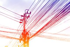 缠结在路,在泰国电能的导线的导线在走的街道旁边天空背景 免版税库存图片