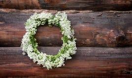 缠绕与在木背景的白花 土气样式 免版税库存图片