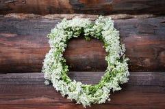 缠绕与在木背景的白花 土气样式 免版税库存照片