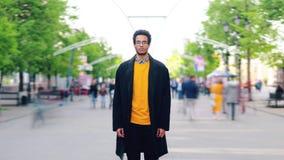 缩小单独站立在街道的时髦的非裔美国人的人时间间隔  影视素材
