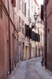 缩小的胡同在费拉拉,意大利 免版税库存照片
