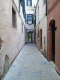 缩小的街道在威尼斯,意大利 库存照片