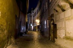 缩小的街道在晚上, Cesky Krumlov 免版税库存图片