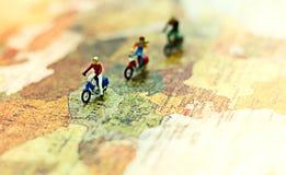 缩样,企业合作坐旅行的飞机翼环球 免版税图库摄影