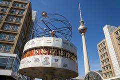 缪斯女神世界时钟从1969年在Alexanderplatz广场与Fernsehturm televison塔的在柏林,德国 库存图片