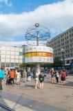 缪斯女神有未定义人的世界时钟Alexanderplatz的 库存图片
