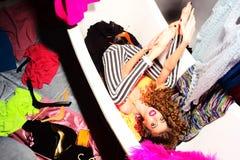 浴缸的时髦的女人 免版税库存图片