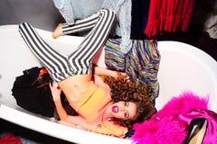 浴缸的时髦的女人 免版税库存照片