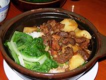 缸罐米用被炖的牛肉和土豆 库存照片
