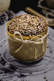 缺一不可的面包用在黑表上的向日葵 免版税图库摄影