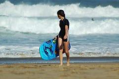缺乏经验的运动员冲浪者 库存照片