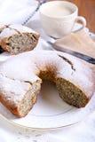 罂粟种子和葡萄干圆环蛋糕 库存照片