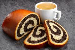 罂粟种子果馅奶酪卷和咖啡 免版税库存照片
