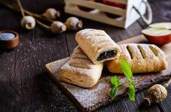 罂粟种子饼用苹果和桂香 免版税图库摄影