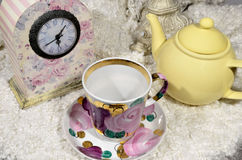 罐、杯子和时钟 免版税库存图片