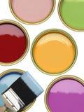 罐与刷子的油漆在白色背景 库存照片