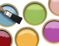 罐与刷子的油漆在白色背景 免版税库存照片