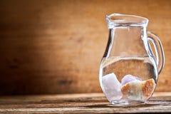 水罐与石头的水 免版税库存照片