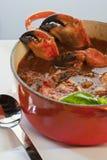 罐与螃蟹爪的螃蟹cioppino 免版税库存照片