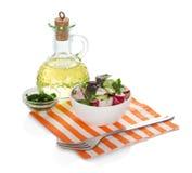 水罐向日葵油、沙拉在碗和叉子 库存图片