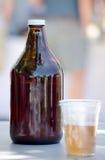 水罐和塑料杯子啤酒 免版税库存照片