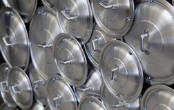 罐和平底锅的盒盖 免版税库存照片