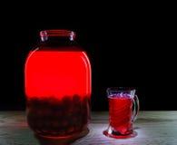 水罐和杯樱桃汁 免版税库存照片