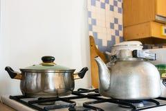 罐和水壶在煤气炉 免版税图库摄影