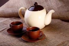 罐咖啡和杯子 免版税库存照片