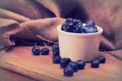 罐在土气背景的蓝莓 免版税库存图片