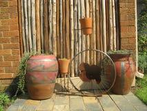 罐在庭院里 免版税库存照片