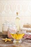 水罐在木桌上的金黄液体皂 库存照片