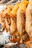 罐在销售中的被炖的鸭子在市场上 库存照片