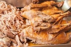 罐在销售中的被炖的鸭子在市场上 库存图片