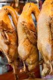 罐在销售中的被炖的鸭子在市场上 免版税图库摄影